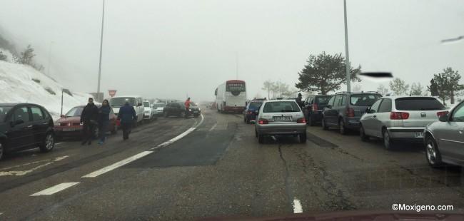 Colapso habitual en P.Navacerrada: Arcenes obstruidos. Hay días mucho peores.