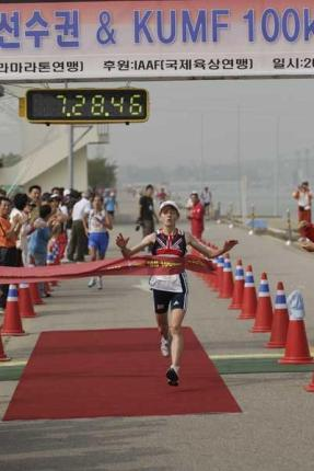 IAU 100km: Oro 2006 Lizzy Hawker. foto IAAF