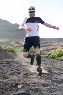 Iván Ramírez sobre las arenas volcánicas de Lanzarote. Foto: Memphis Madrid