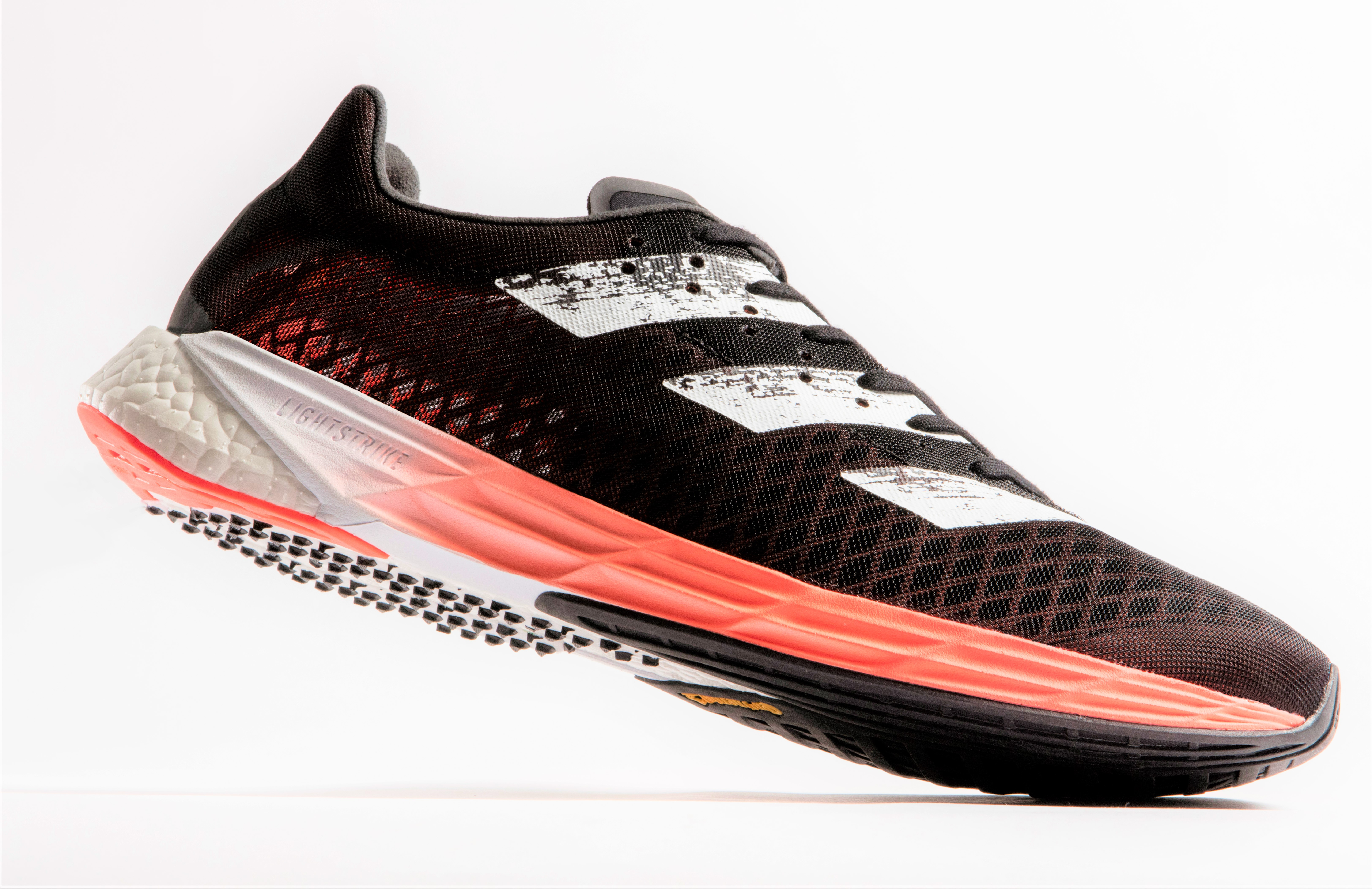 Adidas AdizeroPro: Buscando la zapatilla voladora perfecta. El contraataque de las tres bandas.
